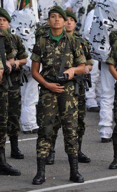 Muchos desfiles militares se llevan a cabo en este día .