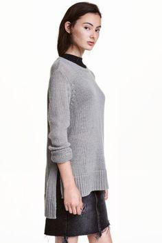 Sweter: Sweter z miękkiej dzianiny. Obniżone ramiona, rozcięcia po bokach i nieco dłuższy tył.