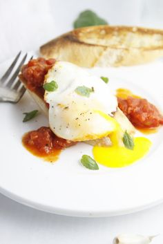 Poached Eggs in Tomato Sauce  #Breakfast #eggs #tomatosauce www.bellalimento.com