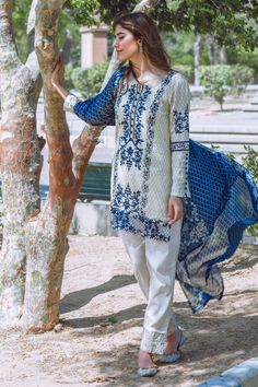 AlKaram Collections 2016 for young girls AlKaram lawn is the most leading clothes brand of Pakistan Kashmiri Collection and Studio Collections. Pakistani Casual Wear, Pakistani Lawn Suits, Pakistani Dress Design, Pakistani Designers, Pakistani Outfits, Pakistani Clothing, Casual Dresses, Casual Outfits, Stylish Dresses