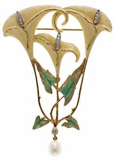 """Lluís Masriera Rosés (1872-1958). Broche. Segunda mitad del siglo XX. Oro esmaltado en """"base-taille"""", perla y diamantes. s.l."""