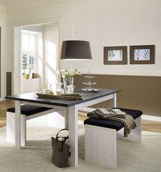 An diesem Tisch können Sie im gemütlichen Ambiente so manche Stunde verbringen. Falls unerwartet mehr Gäste als geplant kommen, können Sie den Tisch mit wenigen Handgriffen verlängern. Auch die Bänke sorgen mit ihren Polstern für einen angenehmen Sitzkomfort. Landhaus Esstisch mit Sitzbänken Lärche/ Pinie dunkel 22-00548