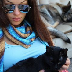 Even cats love blue #madebymomee,#hitchhicershawl,#knittedshawl,#knit,#knitting