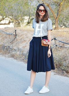 16 outfits with grey t-shirt: grey t-shirt with print+black midi skirt+white sneakers+short crossbody. Best Casual Outfits, Modest Outfits, Simple Outfits, Casual Dresses, Modest Clothing, Cute Fashion, Modest Fashion, Skirt Fashion, Fashion Dresses