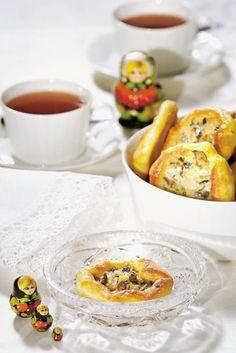 Murenna hiiva kädenlämpöiseen maitoon. Lisää muna ja suola sekä vehnäjauhot vähitellen. Lisää lopuksi pehmeä voi ja alusta taikina tasaiseksi.
