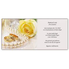 Invitación de boda clásica con la imagen de una rosa amarilla, un collar de perlas y unas alianzas labradas