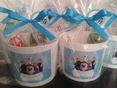 Lembrancinhas da Frozen: As 80 Melhores Idéias de Lembrancinhas para sua festa! Frozen Birthday Party, Frozen Party Decorations, Elsa, Mugs, Tableware, Gabriela Sales, Gift, Frozen Theme, Beaded Christmas Ornaments