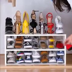 Great Diy Video Clever ways to declutter your home! Clever ways to declutter your home! Simple Life Hacks, Useful Life Hacks, Daily Hacks, Declutter Your Home, Organizing Your Home, Hacks Diy, Home Hacks, Diy Furniture Videos, Diy Organisation