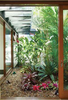 Você tem vontade de ter um jardim em casa, mas não sabe como pode inovar e fazer uma coisa diferente? Que tal apostar em um jardim de inverno? Lindo, delicado e charmoso ele faz toda a diferença em uma decoração! E para ajudar você confira as dicas de cuidados e plantas recomendadas para esse tipo de jardim: http://casa.abril.com.br/materia/plantas-para-o-jardim-de-inverno