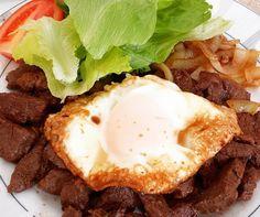 Almoço pode ser delicioso mesmo sendo bem básico: alcatra frita na manteiga com cebola salada de alface e tomate e ovo frito por cima - com a gema bem mole!  Tá muito bom - e foi muito fácil fazer