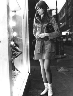 1965 — Françoise Hardy: Mood for Mod 💠 She epitomized fashion w/ 1 look: a zippy A-line skirt, white turtleneck, belted coat & her iconic white boots Style Année 60, Style Icons, Cool Style, Style Star, Sixties Fashion, Retro Fashion, Vintage Fashion, Gothic Fashion, Modest Fashion