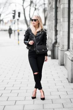 Todays Outfit - leather jacket and ripped jeans | Victoria Törnegren  #fashion #streetstyle #swedish #blogger #VictoriaTornegren #allblack #ASOS #Topshop #BLKDNM #RayBan