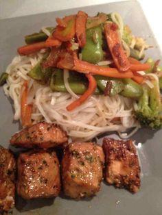 Avec un wok de légumes croquant et vermicelles de riz