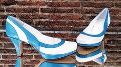 Zapatos de novia en blanco roto y azul.