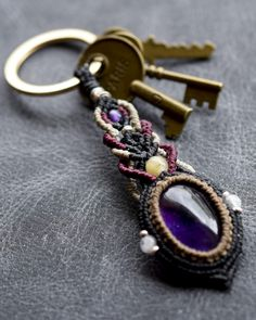 アメジストのキーリング気品感じるアメジストを使ったキーリングです。引き込まれるような美しい紫の発色と透明感を持ち合わせております。カレンシルバーや天然石ビーズをちりばめました。4色の紐で個性的なマクラメ装飾を施しました。キーリングとしてはもちろん、バッグチャームとしてもお使いいただけます。