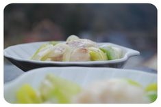 VOTRE MARCHÉ POUR 4 PERSONNES 3 échalotes 20 g de beurre 400 g de blancs de poireaux coupés en fines rondelles 100 ml de vin blanc 20 g d'eau 1 cuillerée de sel (ou 1 cuillère de fond de poisson) 2 à 3 tours de moulin à poivre Dos de cabillaud 200 ml...