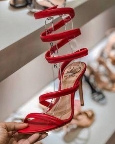 cac0b06643 Tendência Sapatos Verão 2019. Sandálias. Moda 2019. Verão. Moda feminina.  Sandálias