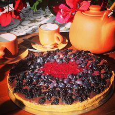"""""""Ya gente bella!!! Un nuevo y delicioso kuchen saludable!!! Su masa es de harina  con avena, rellena de chocolate de leche sin azúcar con berries (arándano, Mora, frambuesa)... @saboressinculpa!!!!"""