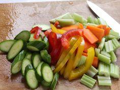 INVOLTINI DI TACCHINO CON ORTAGGI 2/5 - Pulite gli ortaggi e divideteli a pezzetti. In una padella ponete un poco d'olio e l'aglio leggermente schiacciato, fate rosolare quindi unire gli ortaggi e fateli cuocere per 5 minuti. Insaporite con sale, pepe, timo e basilico spezzettato.