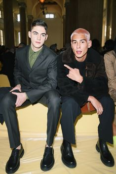 Hero Fiennes Tiffin and Evan Mock Perfect People, Pretty People, Beautiful People, Pretty Boys, Cute Boys, Retro Outfits, Cute Outfits, Gossip Girl Reboot, Fashion Artwork