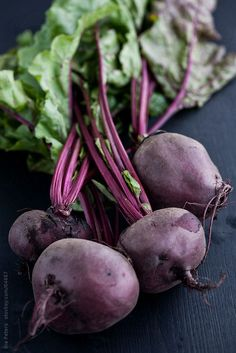 Food: Fresh Organic Red Beet, Beetroot by Ina Peters - Stocksy United Colorful Vegetables, Root Vegetables, Fruit And Veg, Fruits And Vegetables, Organic Recipes, Raw Food Recipes, Sante Bio, Vegetables Photography, Benefits Of Organic Food