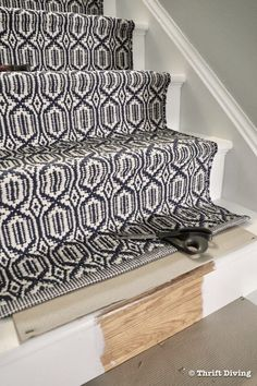 How to Install a Stair Runner - Stair runners are usually not long enough to cover an entire set of stairs. After calculating stairs length, determine how many stair runners you will need. Here's how to join stair runners for a seamless run. - Thrift Diving Home Decor Kitchen, Diy Home Decor, Staircase Makeover, Staircase Remodel, Decorating Your Home, Interior Decorating, Stair Runner Installation, Narrow Hallway Decorating, Modern Stairs