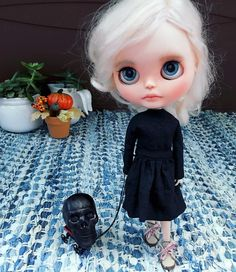 Edith found something on the patio. ✨Happy Friday everyone✨ #Halloween #IndieDolls #Blythe #CustomBlythe #BlytheDoll