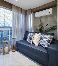 O sofá azul criou um contraponto perfeito com os materiais mais neutros {} Um cantinho de descanso super aconchegante { Projeto Braccini  Lima }