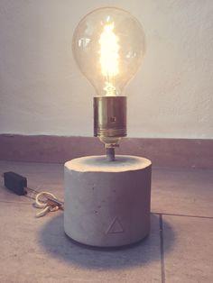 Lámpara de mesa con base de cemento   #vintage #retro #robinwood #robinwoodpalma #muebleriasincera #furniture #muebles  #cemento #beautiful #me #love #homedecor #decor #vintagelove #design #homedesign #style #colour #interiordesign #diy #vintageluxe #interior #furniture #restored #luck #eco #bombillafilamentos #bombilla #lampara #lamp