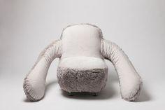座るだけで抱きしめてくれる「フリーハグソファ」がめっちゃ欲しい