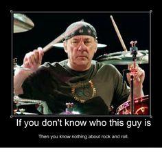 Alex Lifeson es un músico canadiense, conocido por ser el guitarrista de la banda de rock progresivo Rush. En la actualidad cuenta con 62 años.