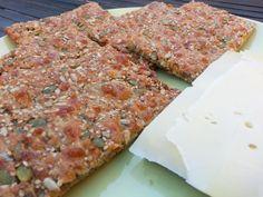 Zadencrackers zijn bij ons absoluut geliefd. Ze zijn overheerlijk en makkelijk voor ontbijt of lunch. Ze kunnen niet tegen gekochte crackers op.