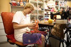 Néhány éve még a fővárosban is több volt, és az országban is akadt néhány – mára csak a Múzeum körúton gyógyítják a játékbabákat. Barta Juditéknál az ükmamáról szállt a tudás lányról lányra. Idén a jelenlegi bolt hatvanéves.