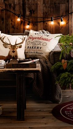Rustic Christmas décor perfect for a family room | Image via architectureartdesigns.com