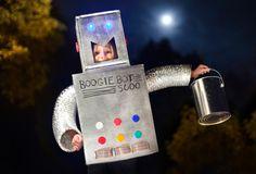 DIY robot Halloween costume for kids on Makezine Halloween Costume Hacks, Boxing Halloween Costume, Halloween Kostüm, Holidays Halloween, Halloween Season, Family Halloween, Robot Costumes, Diy Costumes, Costume Ideas