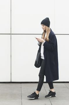 Pavlina Jagrova Fashion Blogger dark blue coat nike air max minimal chic