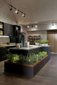 No need for a large space to create a modern kitchen, functional and full of charm. Industrial Kitchen Design, Industrial Interiors, Modern Kitchen Design, Interior Design Kitchen, Industrial Dining, Industrial Bedroom, Modern Interiors, Industrial Lighting, Industrial Style