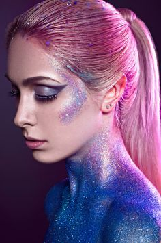 Carnival make-up with glitter - ideas for glamorous party .- Karneval Schminke mit Glitzer – Ideen zum glamourösen Party-Look! carnival make up glitter face neck cleavage hair - Make Up Looks, Beauty Makeup, Eye Makeup, Hair Makeup, Body Makeup, Pink Makeup, Makeup Style, Photoshoot Idea, Makeup Photoshoot
