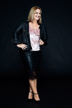 German Curves - Materialmix: Samt trifft Leder und Spitze - INBETWEENIE MUST HAVES Plus Size Kleidung, Plus Size Outfits, Leather Skirt, Curves, German, Challenges, Skirts, Fashion, Leather And Lace