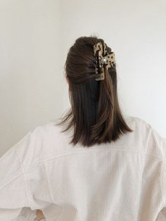 Hair Inspo, Hair Inspiration, Medium Hair Styles, Short Hair Styles, Hair Clip Styles, Clip Hairstyles, Funky Hairstyles For Long Hair, Tortoise Shell Hair, Hair Claw