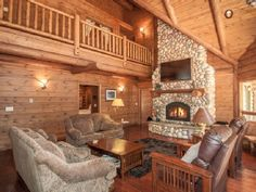 Lassen Lodge: Hat Creek fishing lodge. Great room with the Bear room access and the Master behind the fireplace. VRBO# 479385