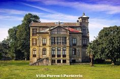 Villa Parres o Partarriu - Llanes Abandoned Castles, Abandoned Mansions, Indiana, Architecture Old, Traditional House, Sweet Home, Villa, House Styles, Houses