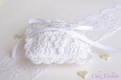 Hochzeit - Hochzeit Ringkissen weißen Spitzen häkeln Stoff - ein Designerstück von ChezViolette bei DaWanda
