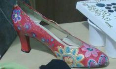 """Idée : décorez vos escarpins avec de la DIAM'S 3D pour une chaussure unique. Ici une création de Christine Jullien, pour un rendu effet """"Desigual"""" ;-) Textiles, Pumps, Heels, Creations, Unique, Fashion, 3d Painting, Shoe, Bag"""