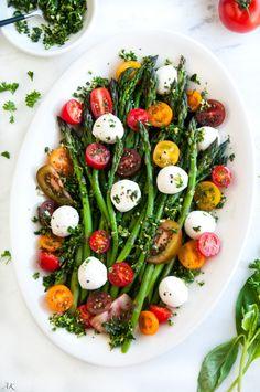 Asparagus Caprese Salad with Basil Gremolata recipe - An easy, 10 minute salad or side dish with fresh asparagus, mozzarella balls, and cherry tomatoes. Healthy Salad Recipes, Vegetarian Recipes, Kitchen Recipes, Cooking Recipes, Asparagus Recipe, Fresh Asparagus, Cooked Asparagus, Asparagus Quiche, Asparagus Salad
