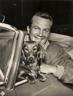 Bill Williams and dachshund Vintage Dachshund, Dachshund Art, Vintage Dog, Vintage Images, Old Photography, Funny Dog Pictures, Dog Travel, Little Dogs, Funny Dogs