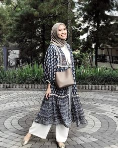 Discover recipes, home ideas, style inspiration and other ideas to try. Hijab Style Dress, Modest Fashion Hijab, Casual Hijab Outfit, Modest Outfits, Stylish Outfits, Batik Fashion, Girl Fashion, Fashion Outfits, Fashion Styles