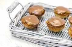 Manteliset toffee-suklaapikkuleivät Toffee, Diy And Crafts, Muffins, Candy, Cookies, Baking, Breakfast, Desserts, Buns