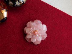 Compoziția florală este confecționată din inimioare, ovale de cuarț roz și mărgele de opal roz. Brooch, Stud Earrings, Album, Floral, Jewelry, Bijoux, Jewlery, Brooches, Studs