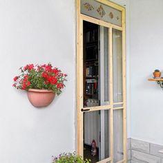 Questa zanzariera per portafinestra costruita a misura del portoncino d'ingresso, d'estate lascia circolare l'aria e i gatti di casa, ma non gli insetti